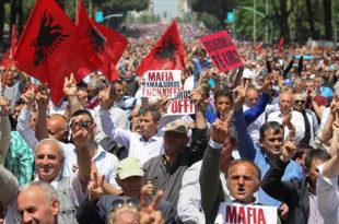 Отровано 70 опозиционара у Тирани 8