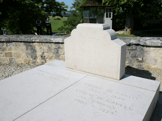 Оборен крст на гробници генерала де Гола на истоку Француске 2