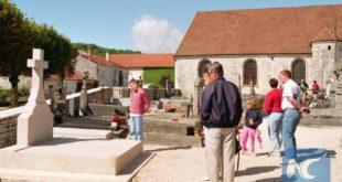 Оборен крст на гробници генерала де Гола на истоку Француске