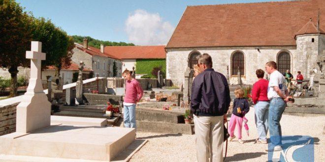 Оборен крст на гробници генерала де Гола на истоку Француске 1