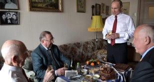 Путин посетио свог бившег КГБ шефа и честитао му 90. рођендан! (видео)