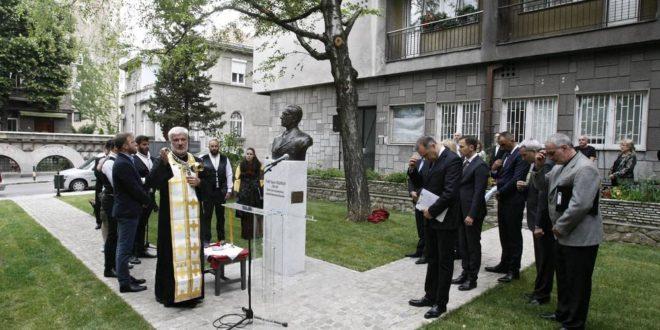 КАКВА БРУКА! Српској легенди погрешили име на споменику, а потом га и погрешног ОСВЕШТАЛИ! (фото) 1