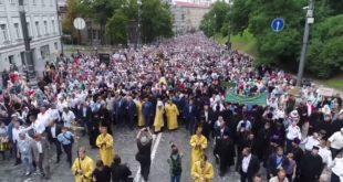 Литија у част Крштења Русије са више од сто хиљада људи прошла центром Кијева (видео)