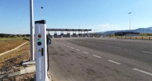 Стручњаци на сред ливаде поставили уређај за пуњење електричних аутомобила?!