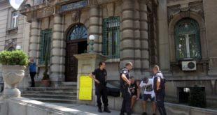Полиција привела Нишлију коју протестује против корупције (видео) 11