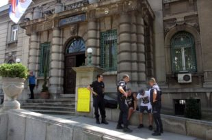 Полиција привела Нишлију коју протестује против корупције (видео) 1