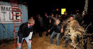 Париз: Сељаци блокирали централну авенију Шанзелизе, протестују против пољопривредне политике владе