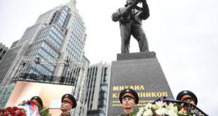 Седам и по метара високи споменик великом Михаилу Калашњикову подигнут у Москви