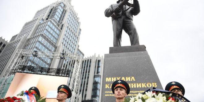 Седам и по метара високи споменик великом Михаилу Калашњикову подигнут у Москви 1