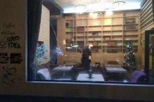 ОРУЖАНИ ОБРАЧУН И У ЛЕСКОВЦУ Маскирани нападачи упали у кафић и почели да пуцају, рањен бизнисмен и још један мушкарац