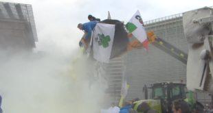 Белгијски сељаци покрили зграду ЕУ млеком у праху у знак протеста (видео) 2