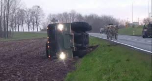 РУСИ УМИРУ ОД СМЕХА – НАТО конвој се заглавио у пољском блату, камион дошао да их чупа па се преврнуо (видео) 5