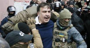 Хаос у Кијеву: Демонстранти извукли Сакашвилија из полицијских кола (видео) 4