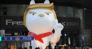Кинези у Нову годину пса улазе са фигуром џиновског пса Трампа