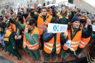 ПЛАТЕ НА СТАРО! Протест комуналаца испред владе