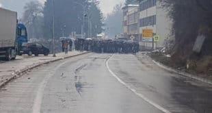 Незадовољни малинари блокирали магистрални пут 12
