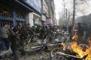 ХАОС У ИРАНУ: 12 мртвих, нападнуте војне базе, станице полиције… (видео)