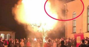 Погледајте како пројављена демонска сила бежи од молитви и наложеног бадњака