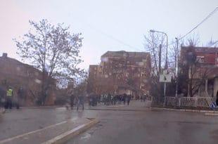 Вучића у Косовској Митровици дочекале празне улице (ВИДЕО)