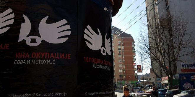 """Северна Митровица излепљена плакатима: """"10 година окупације Косова и Метохије"""""""