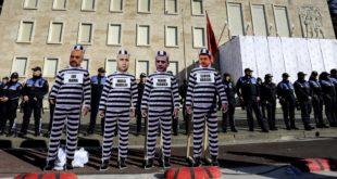 Албанци масовно бојкотовали режимске изборе и препоруке ЕУ и САД, стали на страну опозиције 8