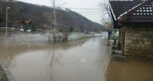 ПОПЛАВА ПРЕТИ ЗАЈЕЧАРУ: Наилази поплавни талас висине два метра, прети рушење моста (фото)