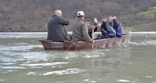 До школе морају преко брда, пруге и језера 16