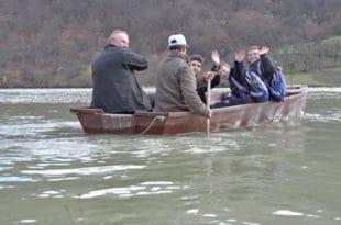 До школе морају преко брда, пруге и језера 5