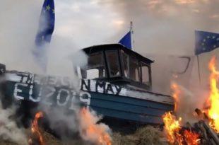 ХАОС У ЛОНДОНУ: У знак револта запаљен брод са заставом ЕУ (видео)