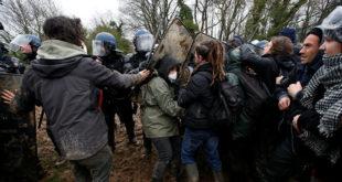 Нереди у Француској: У акцији 2.500 полицајаца испаљено више од 50 сузаваца (видео) 1