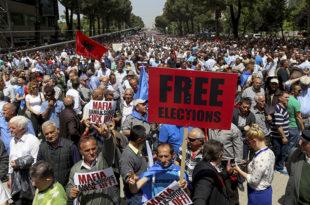 Албанија: Масовним протестима руше Рамину владу (видео)