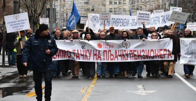 Протести пензионера пред Уставним судом 1