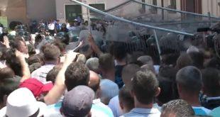 Демонстранти у Тирани каменицама гађали зграду владе и тражили Рамину оставку (видео) 7