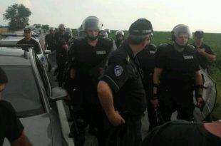 ВЕЛЕИЗДАЈНИК је послао полицијске батинаше на голорук народ! (фото)