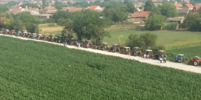 У Баваништу је тракторска армија поставила блокаду