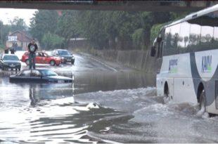 ПОТОП У ЧАЧКУ: Због обилне кише под водом градске улице, аутомобили под водом (видео)
