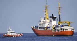 Италија: Блокиран улазак два брода са мигрантима