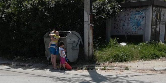Слика из Лесковца која је расплакала Србију МАЈКА СА ДЕЦОМ чепрка по контејнеру