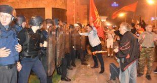 Хаос у Скопљу: Шок бомбе, камење, кордон, има повређених (видео)