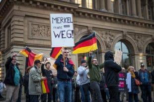 Меркел пада због мигрaната?