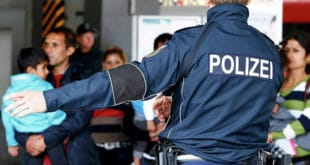 """Меркелова прихватила Зехоферов """"ултиматум"""" – Немачка пооштрава однос према мигрантима"""