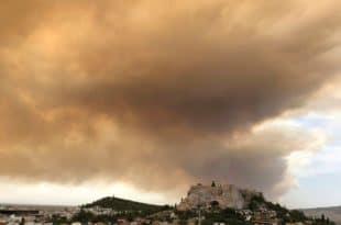 Дивљају пожари, људи беже, дим и пепео над Атином (видео)