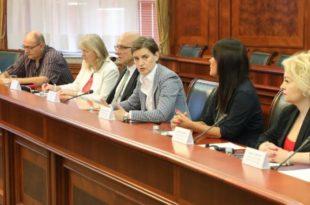 Србија: Министрима кајмак, народу ни за хлеб