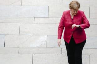 НЕМАЧКИ НАЦИОНАЛИСТИ: Ангела Меркел пада, без обзира на то колико млатара рукама
