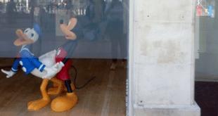 Мики Маус и Паја Патак буљаши уклоњени из излога Културног центра Србије у Паризу! 3