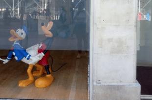 Мики Маус гузи Пају Патка у излогу Српског културног центра у Паризу!