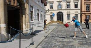 Новинарка Ива Анзуловић просула кофу пуну гована на улазу у зграду Владе Хрватске 1