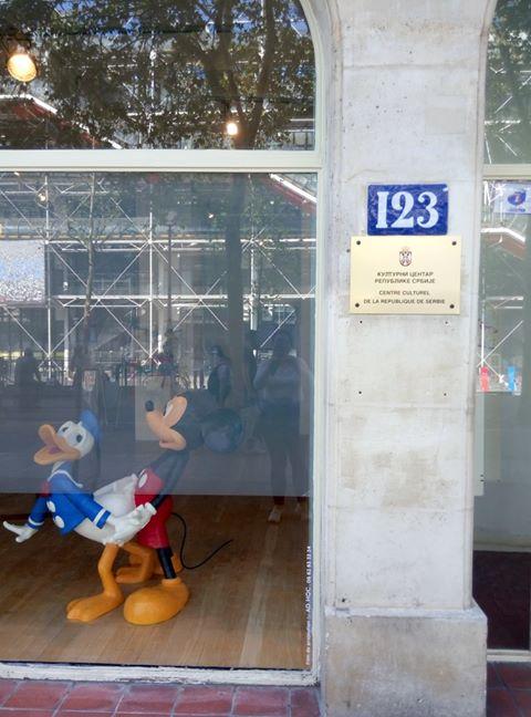 Мики Маус гузи Пају Патка у излогу Српског културног центра у Паризу! 2