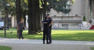 ПАРАНОЈА ВЕЛЕИЗДАЈНИЧКЕ КЛИКЕ РАСТЕ! Блокиран парк испред председништва због две сумњиве торбе