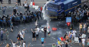 У Букурешту грађански рат у малом: више од 450 повређених, 33 ухапшена, сузавац, водени топови... 1